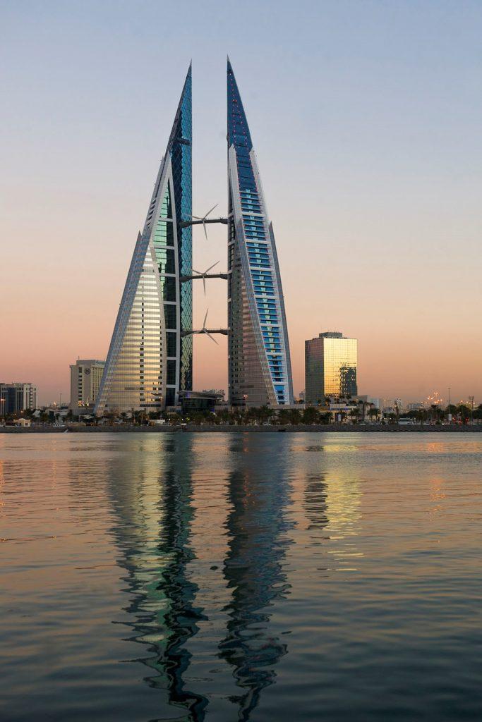 3 - Bahrain World Trade Center  Le World Trade Center du Bahreïn est une interprétation moderne des tours éoliennes traditionnelles, utilisées notamment pour exploiter les vents au large du golfe Persique. La forme de ce smart building canalise le flux d'air à travers trois turbines de 3 mètres de diamètre ; celles-ci sont soutenues par des passerelles qui relient les deux tours d'une hauteur de 240 mètres. Les turbines génèrent environ 11 à 15% des besoins énergétiques des bâtiments.